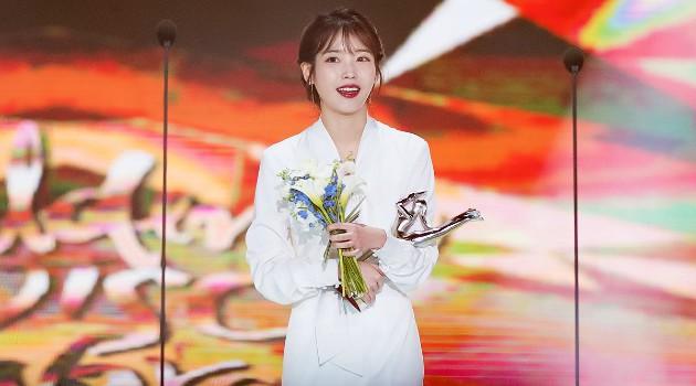 IU menerima penghargaan di Golden Disk Awards (Wow Keren)
